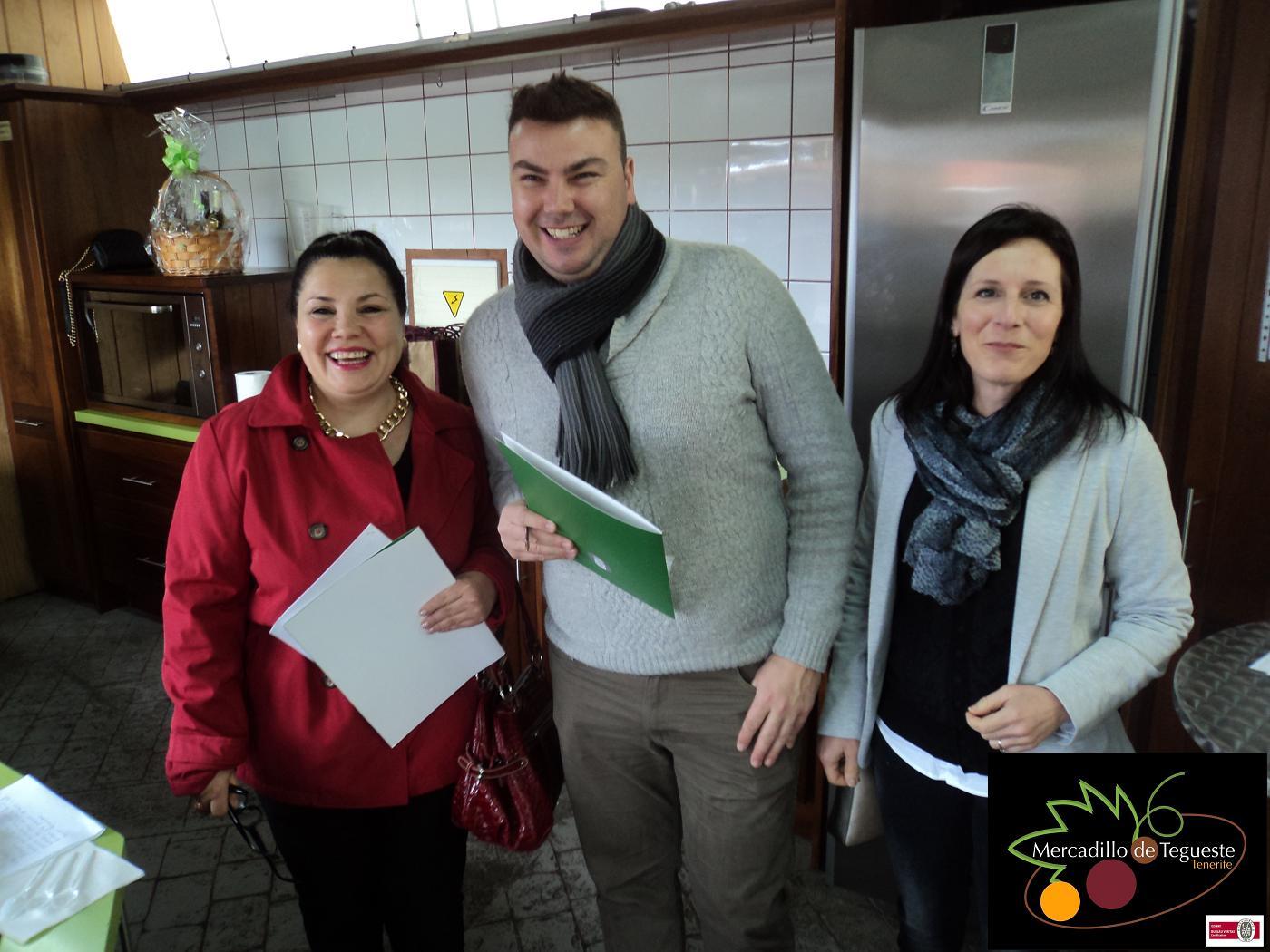 Jurado concurso postres zanahoria en mercadillodel agricultor de Tegueste