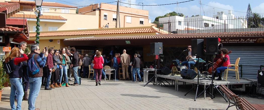 Un momento de la actuación de Escape Routes en el Mercado del Agricultor de Tegueste