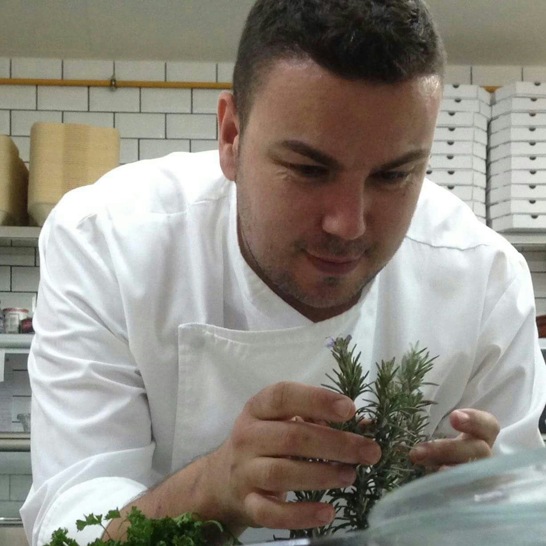 Nutritivas legumbres con Esteban rodríguez en el Mercadillo de Tegueste